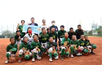 达丽「强棒」出击 再度霸气捐款助南市棒球校队