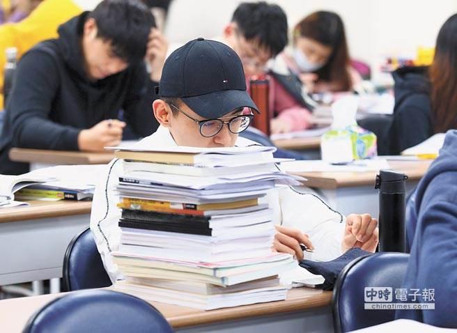 110大學學測24日放榜,不少考生紛紛上網求問自己能上什麼學校。(示意圖/報系資料照)
