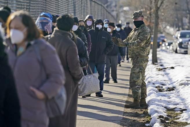 紐約市民2月24日大排長龍,在皇后區等待接種疫苗。(美聯社)