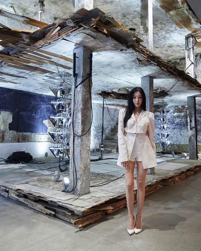少女時代成員TIFFANY身穿天使全白短褲裙裝,以GHOST黑色墨鏡呼應她優雅的黑色長髮,猶如來自外星球的天使親臨現場,勢必成為許多亞洲明星效仿的對象。(圖/品牌提供)