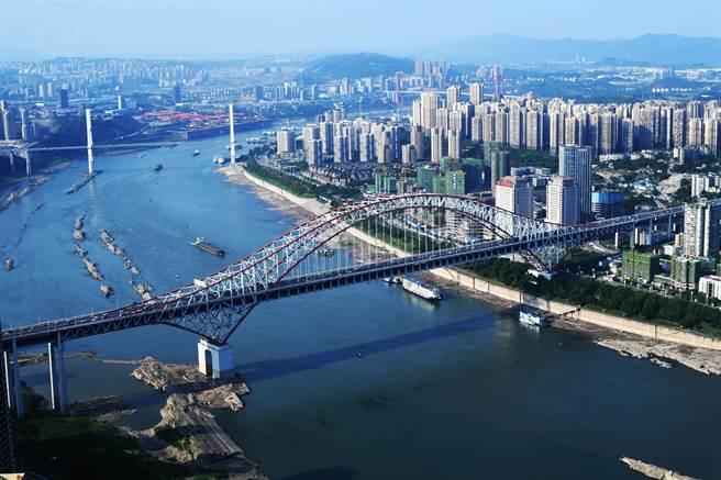 大陸中共中央、國務院24日晚間外公佈《國家綜合立體交通網規劃綱要》。圖為2020年5月的重慶城市景象。(新華社資料照)