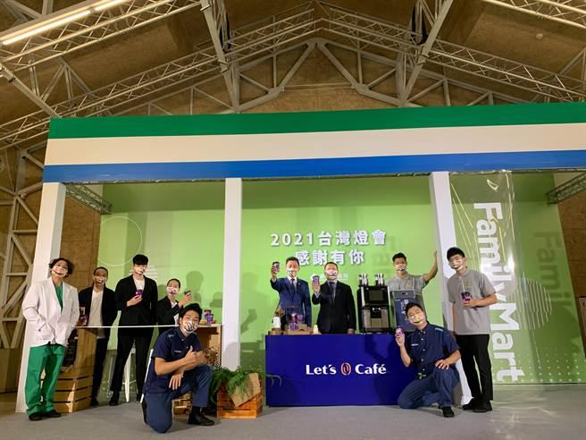 全家超商Let's Cafe首度與新竹市政府合作,以新竹燈會主視覺設計咖啡杯,希望透過聯名咖啡杯的合作,讓全台消費者一起感受元宵節的節慶氛圍。(陳育賢攝)