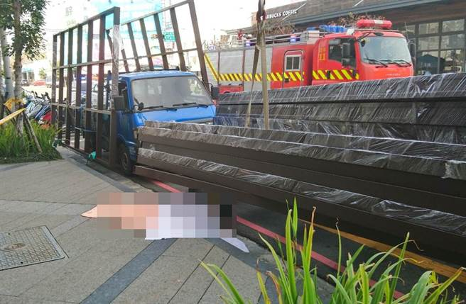 台中25日工安意外,男子卸貨時,遭光罩金屬框重壓頭部重創,當場死亡。(民眾提供)