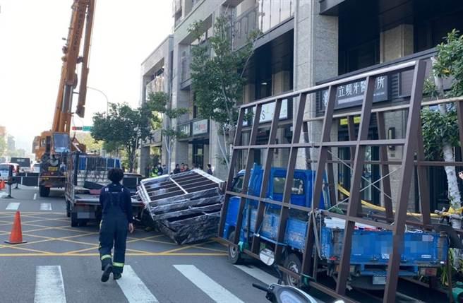 台中市25日發生工安意外,男子卸貨時,遭光罩金屬框重壓,當場頭部重創身亡。(民眾提供)