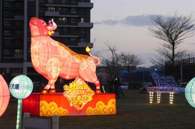 湖口鄉公所今年佈置高達4.2米的主燈「祈福牛」,供民眾欣賞、體驗過節氣氛。(莊旻靜攝)