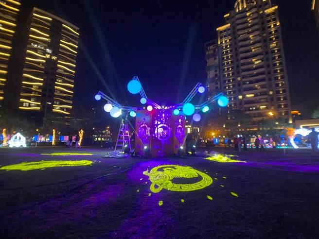 竹北市公所於水圳公園舉辦今年燈會,還有光雕秀與水舞,供民眾欣賞。(莊旻靜攝)
