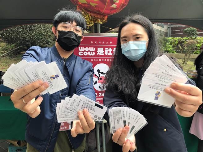 弘光科大社團博覽會防疫送簡易額溫卡。(陳淑娥攝)
