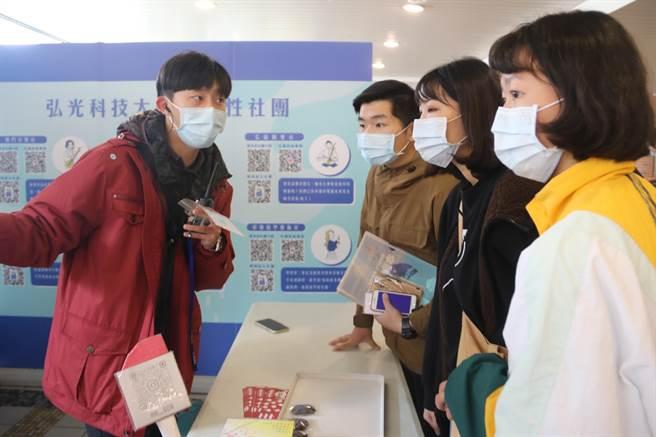 弘光科大社團博覽會,延長兩天分散人潮。(陳淑娥攝)