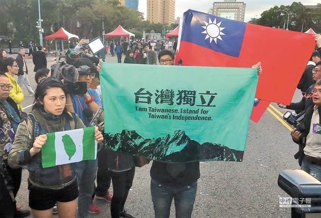 據國民黨青年部分析政大選研中心執行的「台灣選舉與民主化調查」,顯示台灣青年偏獨比例下降。圖為民眾手拿台獨旗幟,參加總統府升旗音樂會。(本報系資料照片)