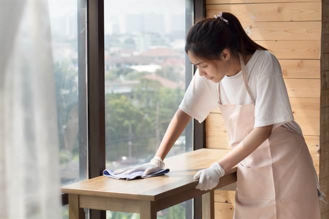 一名新加坡女僱主23日被檢方控告於2015至2016年間虐待24歲緬甸籍女傭致死,讓女傭在受僱的9個月內暴瘦15公斤,死時剩下24公斤。(示意圖/shutterstock)