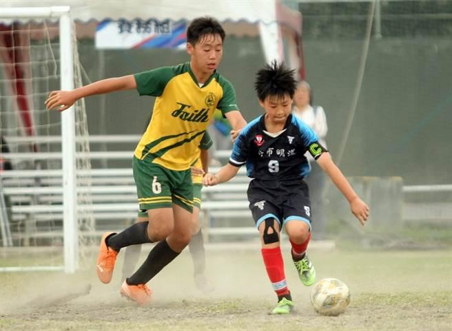 沈宬賦(左)憑藉高大身材防守成功,幫助公館國小淘汰明道國小,率先挺進複賽。(迷你足球協會提供)