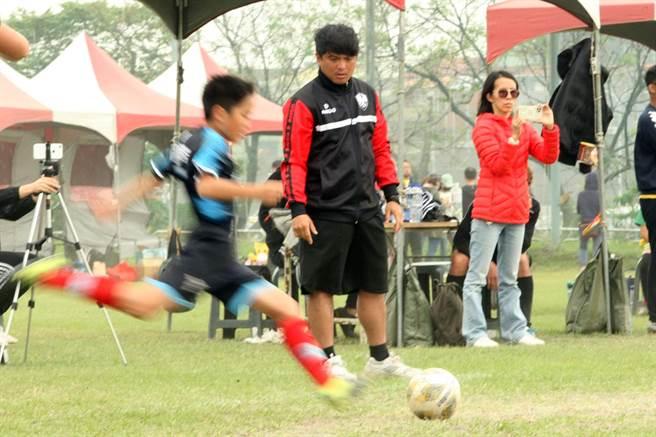 前國腳羅志恩(中)目前擔任明道國小教練。(迷你足球協會提供)