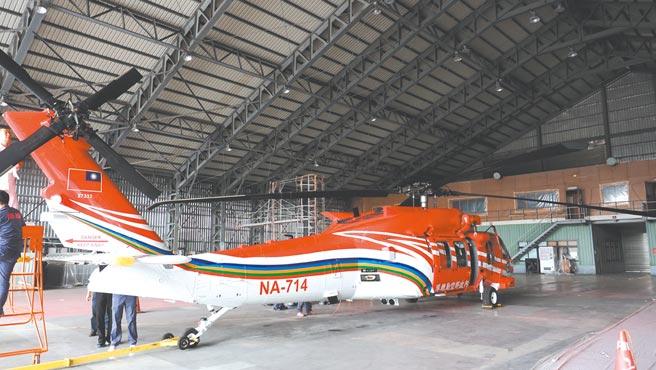 亞航公司執行UH-60M黑鷹直升機噴漆作業。圖/亞航公司提供