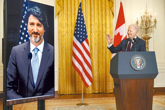 美國總統拜登(右)上任後首次和加拿大總理杜魯道舉行領袖峰會。不過拜登不小心又說錯話,他稱「美加關係」時口誤成「美中關係」。(路透)