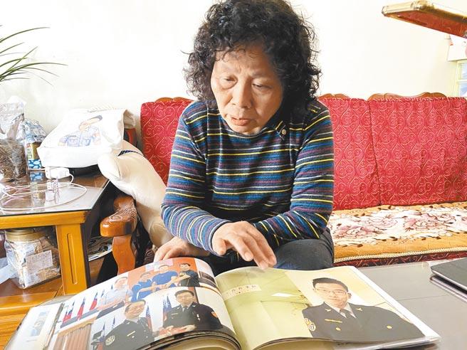 李承翰的母親張秀珍翻看兒子的舊照,思子之情溢於言表。(廖素慧攝)