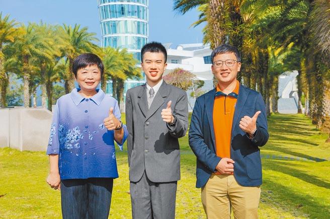 普台高中校長林秋惠(左起)、南投狀元林均翰及班導連傑開心合影。(普台高中提供/黃立杰南投傳真)