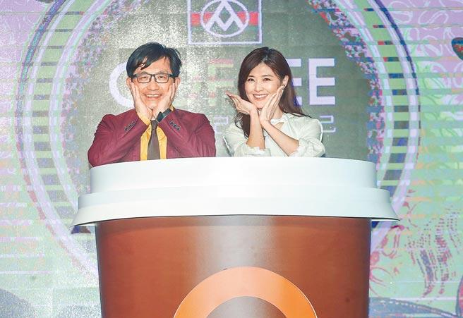 全聯行銷協理劉鴻徵(左)是蘇慧倫(右)超級粉絲,2人昨一起托腮、比愛心,巧扮杯緣子。(粘耿豪攝)