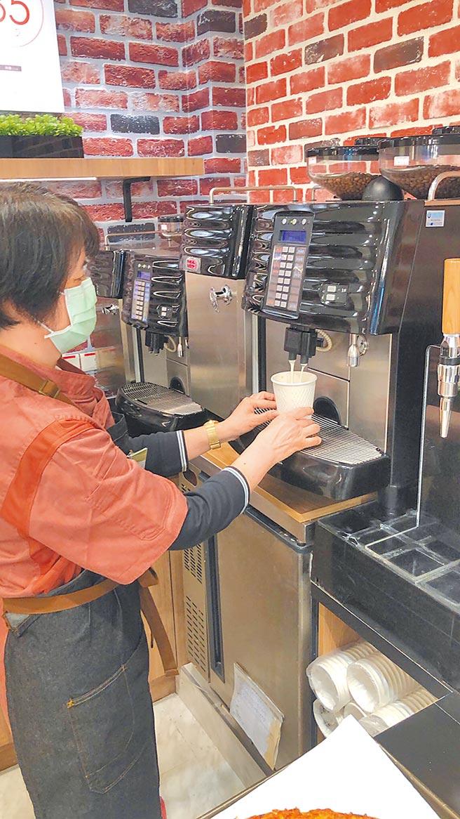 家樂福便利購敦化北店的Cafe可享用現煮咖啡,冷熱美式、拿鐵,每杯45元至65元。(家樂福提供)