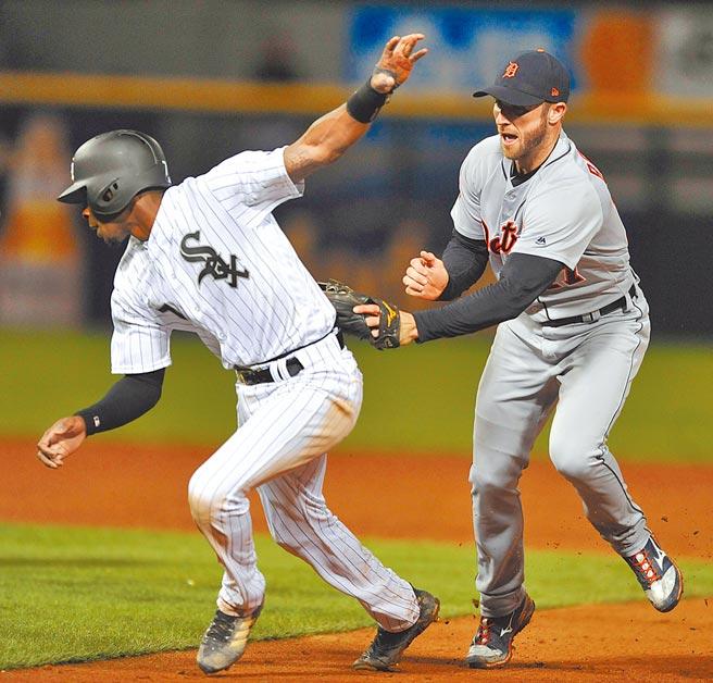 安卓羅麥(右)是超級工具人,圖為2017年他效力老虎鎮守二壘觸殺白襪跑者。(美聯社)