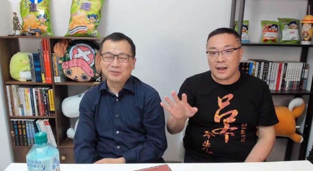 國民黨台北市議員羅智強(左)25日在直播與宅神朱學恒(右)同框。(翻攝朱學恒臉書直播)