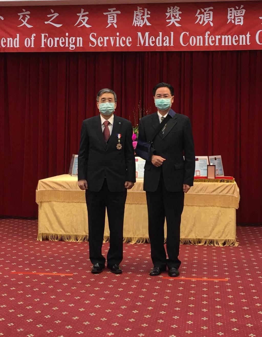 國泰醫院院長李發焜代表接受外交部頒贈「外交之友貢獻獎」。(國泰醫院提供)