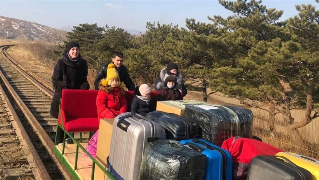 俄罗斯外交官和家属2月25日利用轨道手推台车离开北韩,终于达成返国的心愿。(路透)(photo:ChinaTimes)