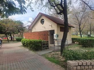 网友误闯公厕称像凶宅 中市府驳:已封闭24年且无水无电