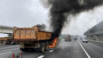 國道1聯結車爆胎突起大火駕駛幸運逃生 車流回堵10公里