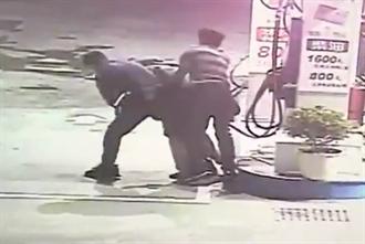 男闖加油站口含油槍想不開 警一記「大外割」撿回一命
