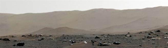 耶澤羅隕石坑的邊緣照。(圖/NASA)