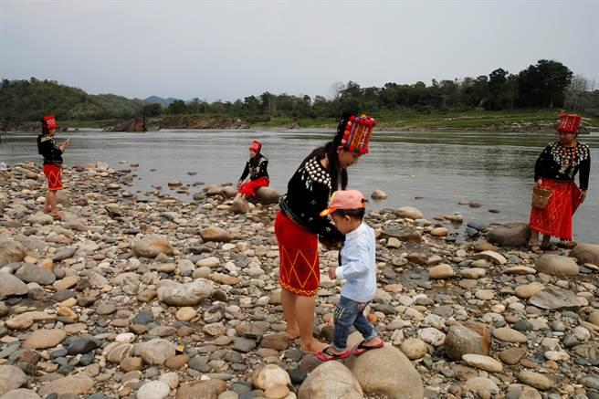 水壩築起高牆使得下游魚類無法返回上游產卵,造成生態變化而影響沿線居民經濟生活。圖為密松居民靠河嬉戲與捕魚。(圖/路透社)