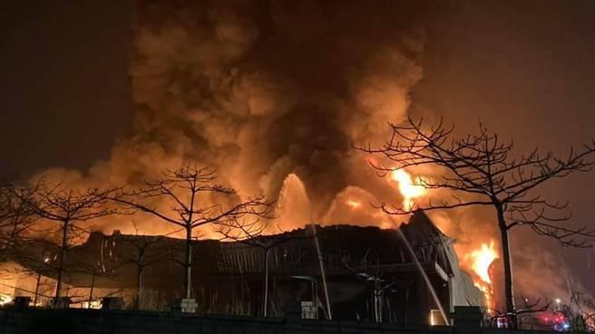 大園國小附近倉儲凌晨火警,3000坪全面燃燒。(姜霏翻攝)