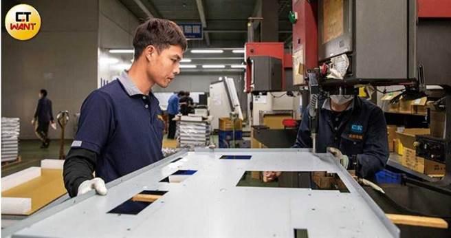 「少量多元化」是志鋼的主軸之一,像是工程師正在製造的機殼,訂單僅有三件。(圖/宋岱融攝)