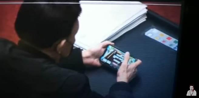 去年12月24日萊豬表決,民進黨立委余天被抓包低頭玩麻將手遊。(圖/翻攝自羅友志YouTube)