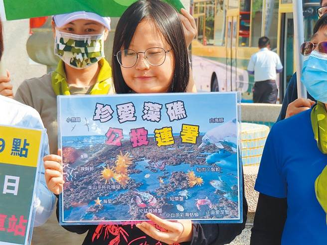 彰化縣環保聯盟、彰化縣醫界聯盟等10幾個團體,在人來人往的彰化火車站前廣場發起「公投簽署搶救桃園藻礁」。(吳敏菁攝)