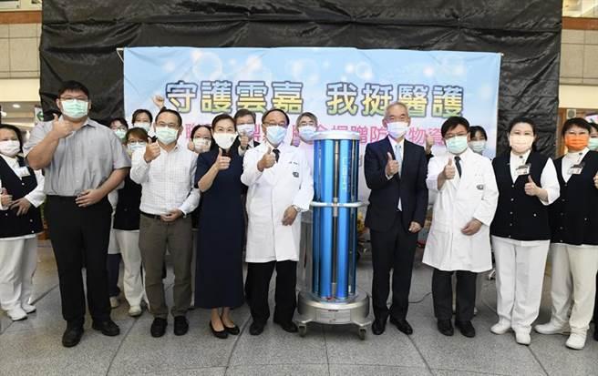(聯電與鼎眾聯手捐贈三台紫外線消毒機器人予大林慈濟醫院。圖/業者提供)