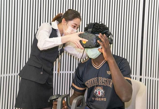 世新大學男籃同學體驗永慶i+智慧創新體驗館的VR虛擬實境創新看屋服務。(圖/永慶房屋提供)