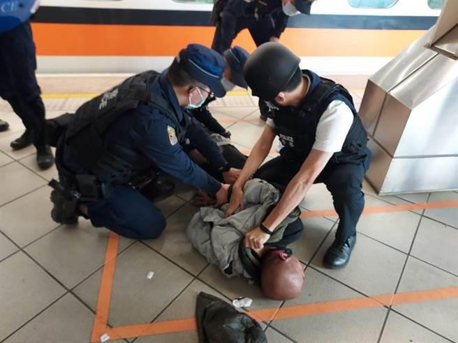 警方趁林男卸下心防,上前將他逮捕。(警方提供/林雅惠高雄傳真)