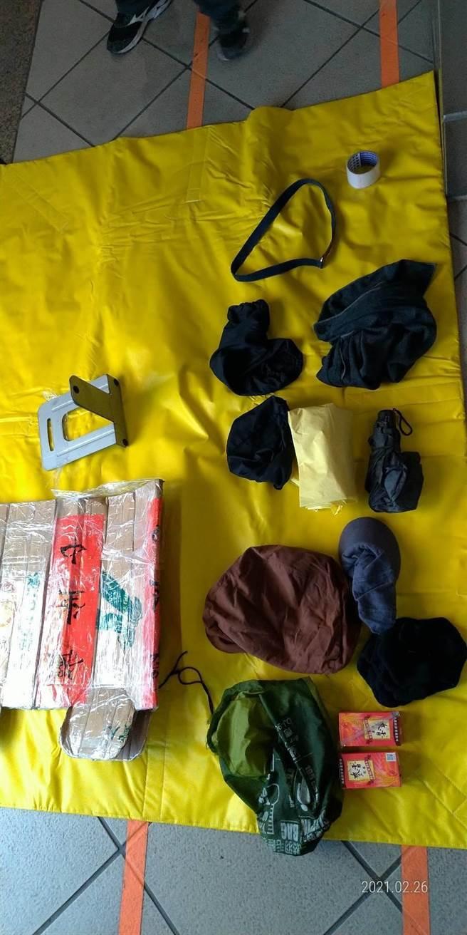 鐵路警察局趕抵後逮捕林男,所幸紙箱內僅衣物及飲料,非爆裂物。(警方提供/林雅惠高雄傳真)