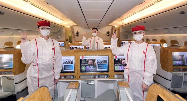 阿聯酋航空EK215航班服務的客艙機組人員皆已施打新冠肺炎疫苗。(阿聯酋航空提供/陳祐誠傳真)