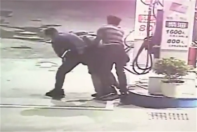 男闖加油站口含油槍想不開,警一記「大外割」撿回一命。(戴志揚翻攝)