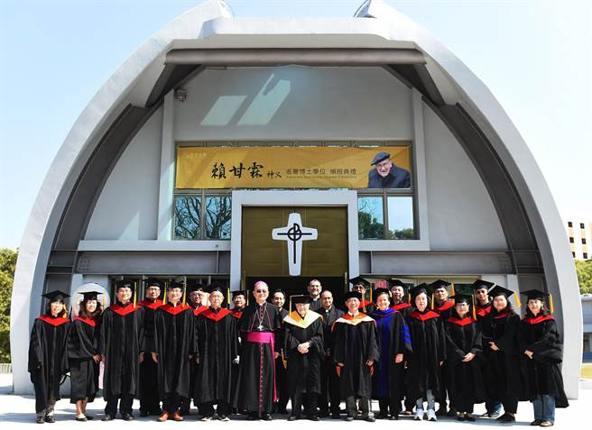 西班牙籍神父賴甘霖(中)為台灣醫療與福傳奉獻半世紀,獲頒靜宜大學名譽博士學位!(陳世宗攝)