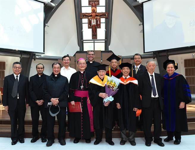 靜宜董事長蘇耀文(前左四)主教表示,賴神父是醫學博士,更傳遞天主的愛;他也是中國哲學「知行合一」的具體實踐者,更是靜宜創辦精神「教育之前要先愛孩子」的最好典範,並與基督的信仰融合在一起。(陳世宗攝)
