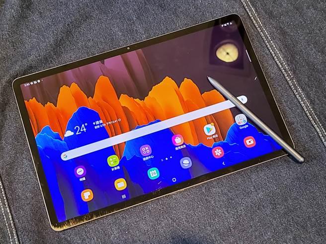 三星Galaxy Tab S7+星霧藍(Wi-Fi版本)與同色S Pen。(黃慧雯攝)