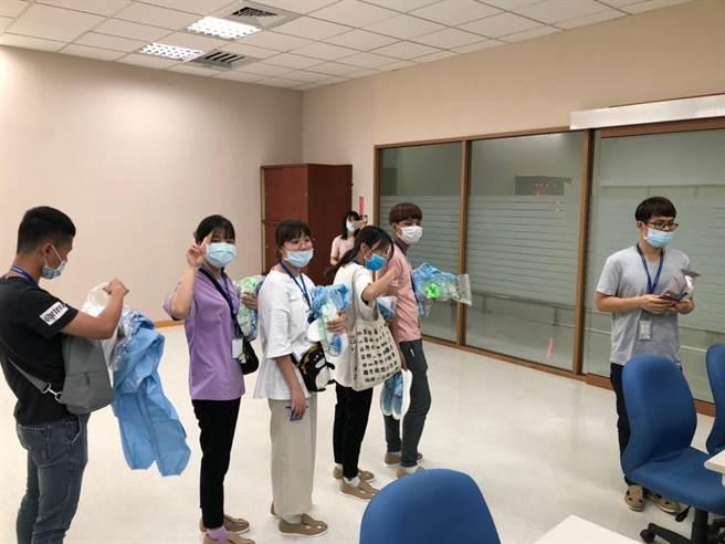 明新科大光電系越南專班學生,日前前往電子廠實習,領取專用配備,提早體驗職場。(校方提供/莊旻靜新竹傳真)