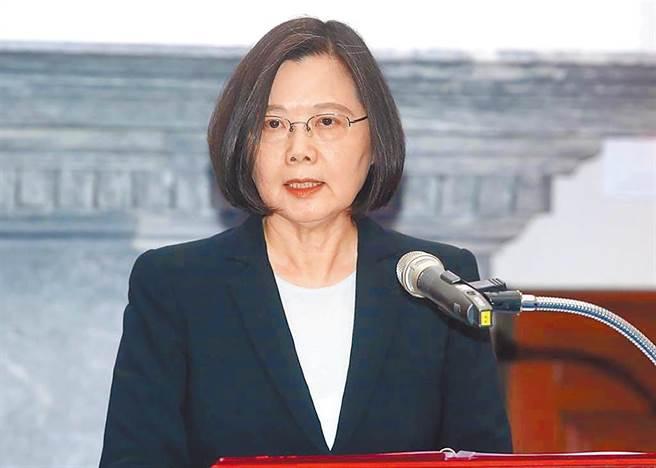 中國大陸以含有介殼蟲名義,將自3月1日禁止台灣鳳梨進口。總統蔡英文於臉書發文表示,中國以突襲式的通知,單方面暫停輸入台灣鳳梨這件事,顯非正常的貿易考量,她要表達譴責。(總統府提供)