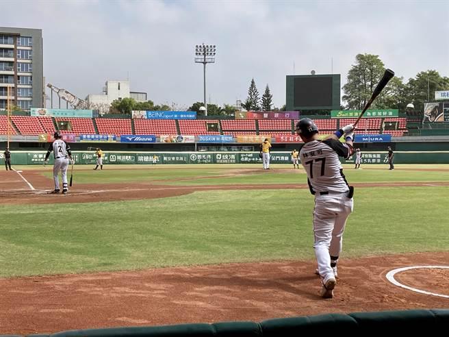 台南球場外野螢幕小,球迷時常抱怨,今年終於要換2倍大的新螢幕。(資料照/鄧心瑜攝)