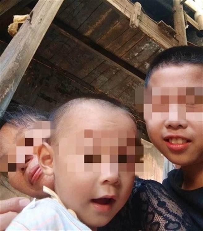 易女与2位孩童。(图片取自/腾讯新闻)