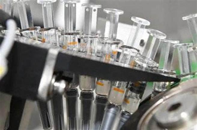 美國的醫療用品幾乎都已外包到大陸、台灣與韓國的製造商手中,疫情嚴重時才發現對大陸生產線的依賴已造成國家安全危機。圖為大陸注射器生產線。(圖/微博)