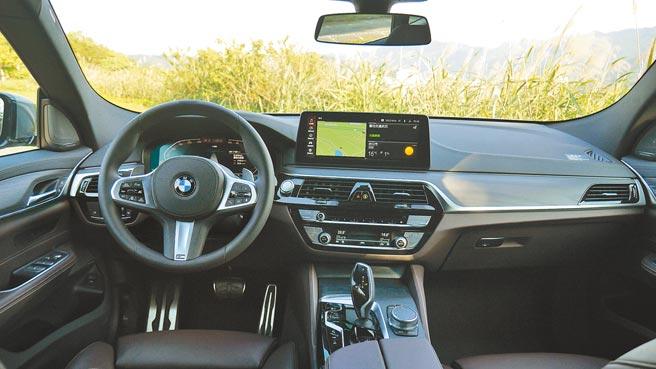 梣木紋飾板與皮質包覆控台盡是奢華!12.3吋駕駛儀錶配以12.3吋中央觸控螢幕提供高質感駕馭。攝影/于模珉